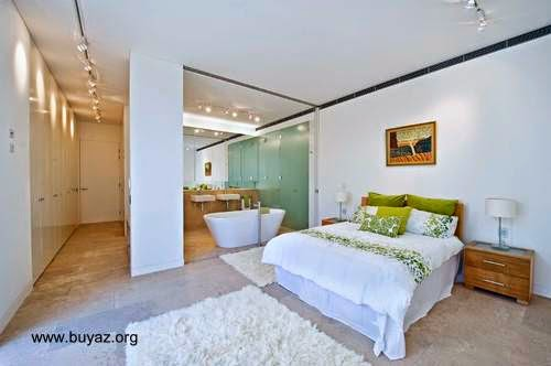 Cuarto de diseño contemporáneo con muro transparente al baño
