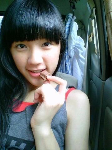 Cindy JKT48 makan coklat