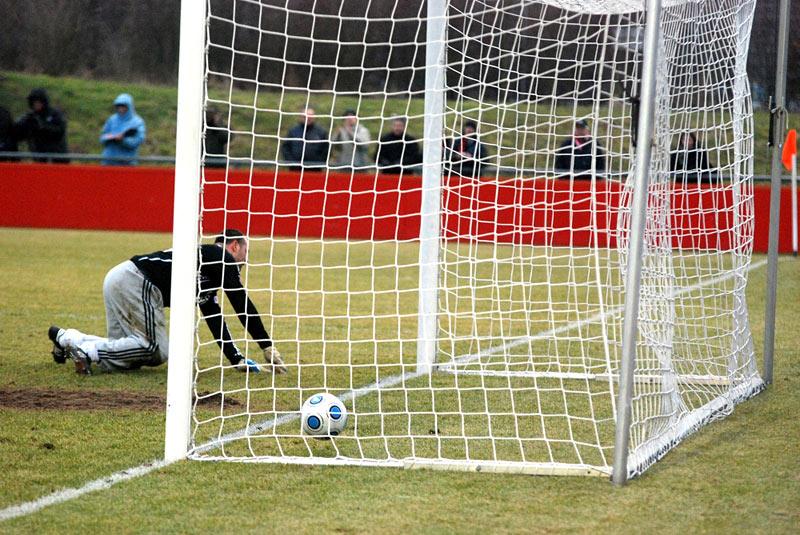 Piłka w bramce Bayeru Leverkusen - fot. Tomasz Janus / sportnaukowo.pl