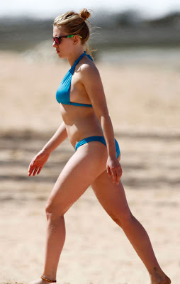 Scarlett Johansson in blue bikini, candid pic 3