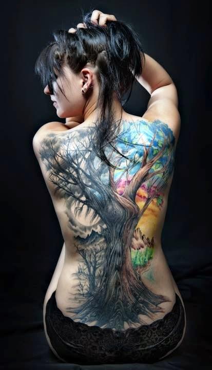 Tatuaje árbol a color gigante en la espalda