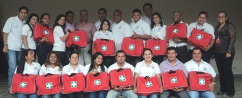 Aprendices, instructora y Funcionario SENA, finalizan el acto de entrega de los botiquines