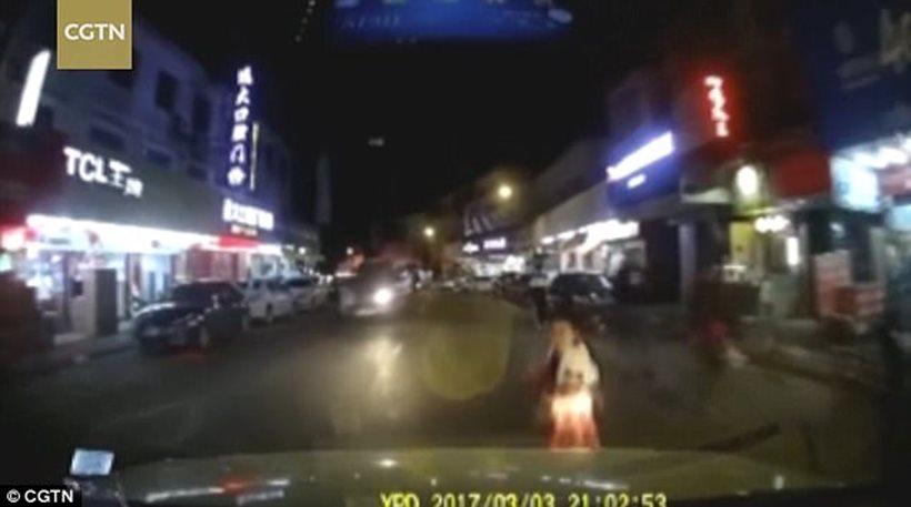 Σοκαριστικό βίντεο: Γονείς «σπρώχνουν» το παιδί τους στις ρόδες αυτοκινήτου για να πάρουν αποζημίωση