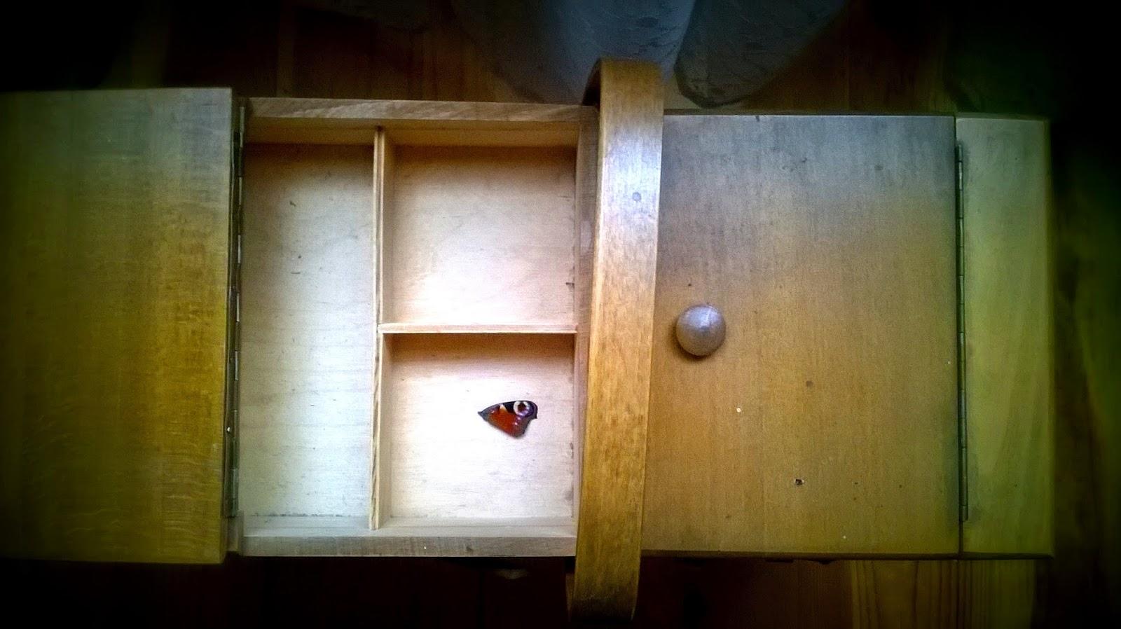 drewniane pudełko na nici motyl
