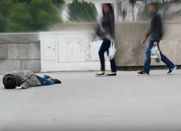 Se cae al suelo y nadie lo ayuda, lo que pasa luego te dejará sin palabras