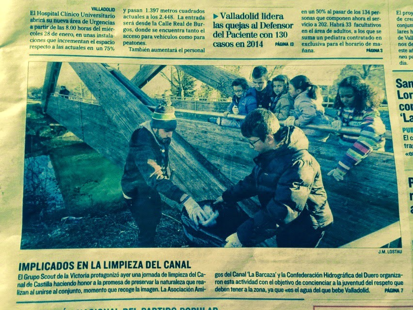 El Grupo Scout Barrio de la Victoria limpia el Canal de Castilla