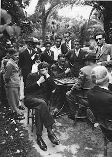 Dr. Ángel Mur jugando ajedrez  a ciegas