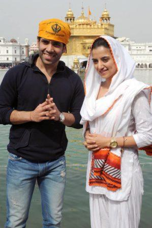 Kulraj Randhawa in white Suit at Golden Temple  - Tusshar Kapoor and Kulraj Randhawa at Golden Temple 