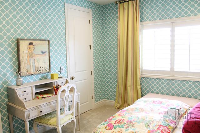 Trelis pattern wallpaper