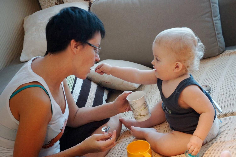 Научить ребенка самостоятельно пить кружки
