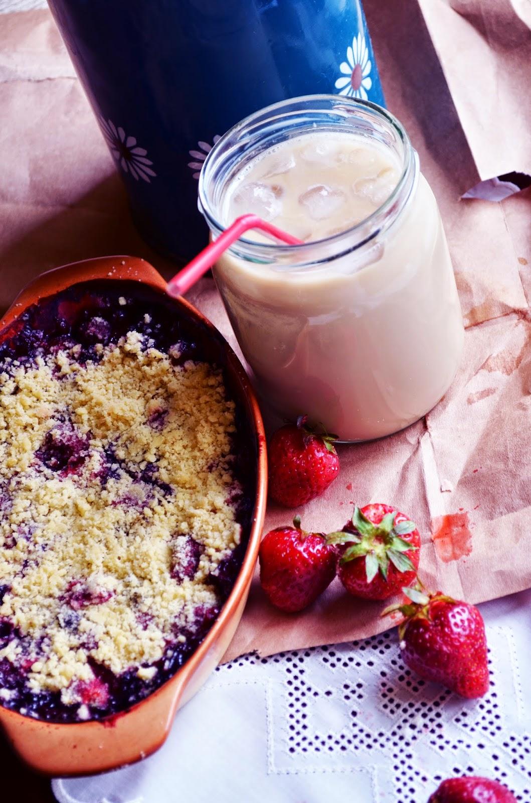 truskawki pieczone pod kruszonką, deser truskawkowy, lifelookangies, owocowy deser, kruszonka