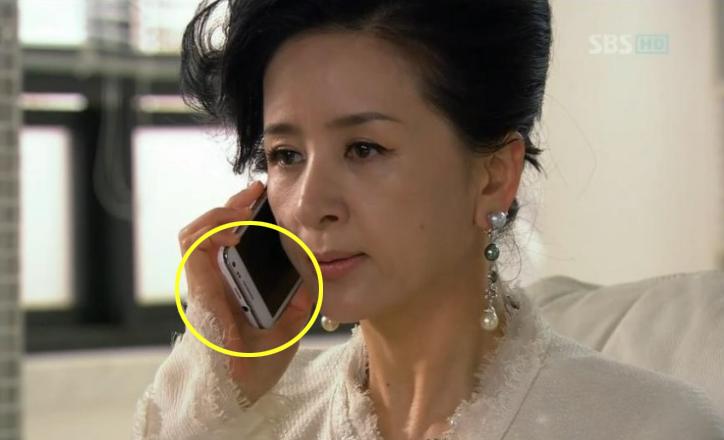 Aktris veteran Lee Hye Sook mencoba untuk tetap cool selama panggilan