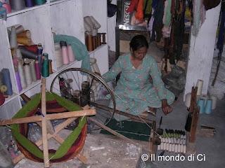 Una filatrice all'opera a Manali
