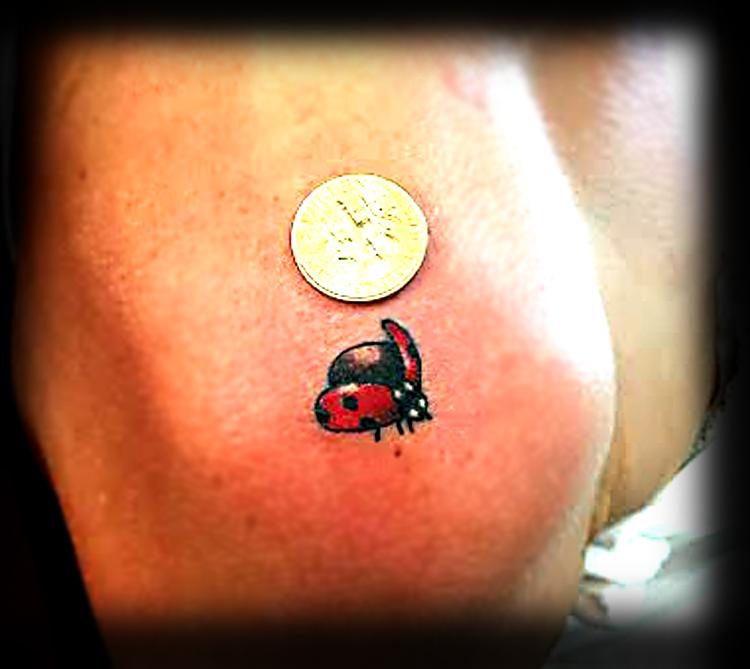 chica con tatuaje de mariquita