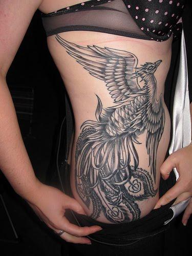 Tatuaje ave fenix blanco y negro