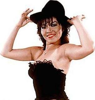 Teresa Espinoza con sombrero negro