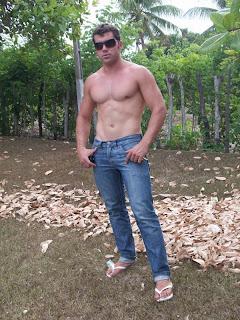 Homem de Havaianas brancas