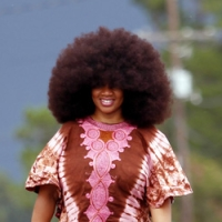A americana Aevin Dugas, de 38 anos, voltou a quebrar o recorde de maior cabelo ao estilo afro.