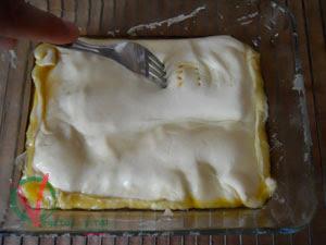 Cubrir las manzanas con el hojaldre.
