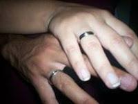 Dedos Anulares (Apolo) con alianza de compromiso