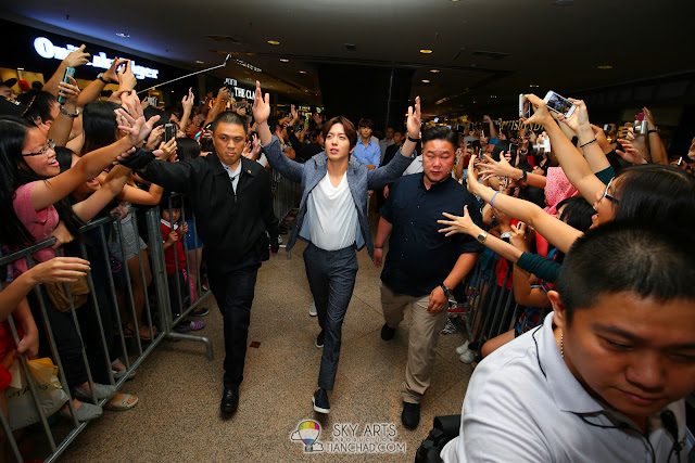 CNBLUE YongHwa sending out flying kisses to the crowd Photo by Mango Loke