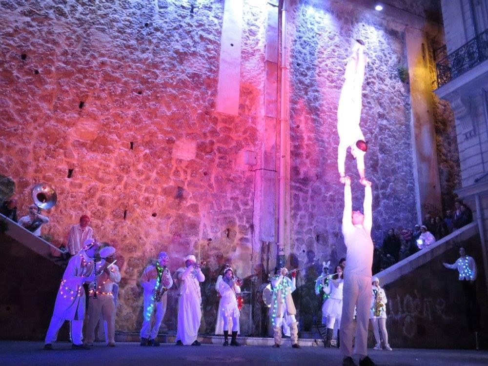 La fanfare Tahar Tag'l et les acrobates de la compagnie l'Estock Fish sur la place Sadi Carnot à Marseille