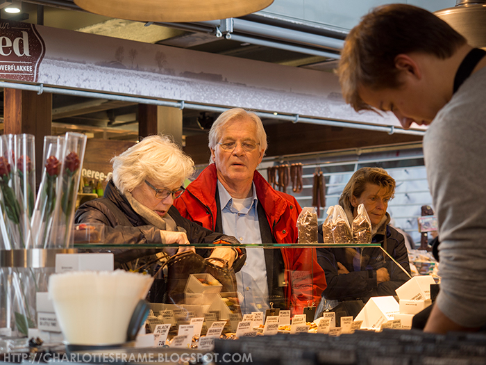shopping at the markthal, markthal chocolate company, shoppers at markthal, markthal rotterdam chocolate company,