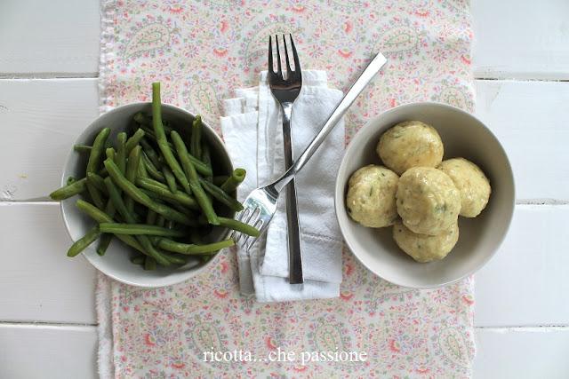 polpette di pollo con erbe aromatiche in salsa al limone