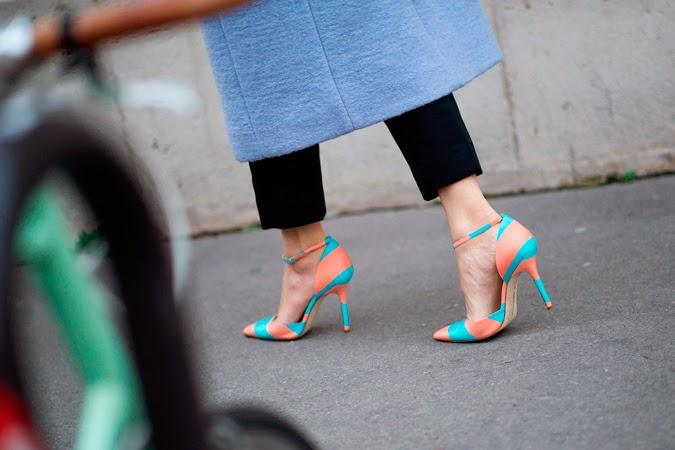 Caroline Issa con zapatos de Manolo Blahnik para Emilia Wickstead