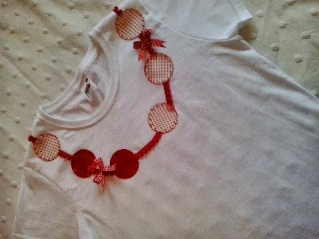 Camiseta con detalle de collar rojo y blanco