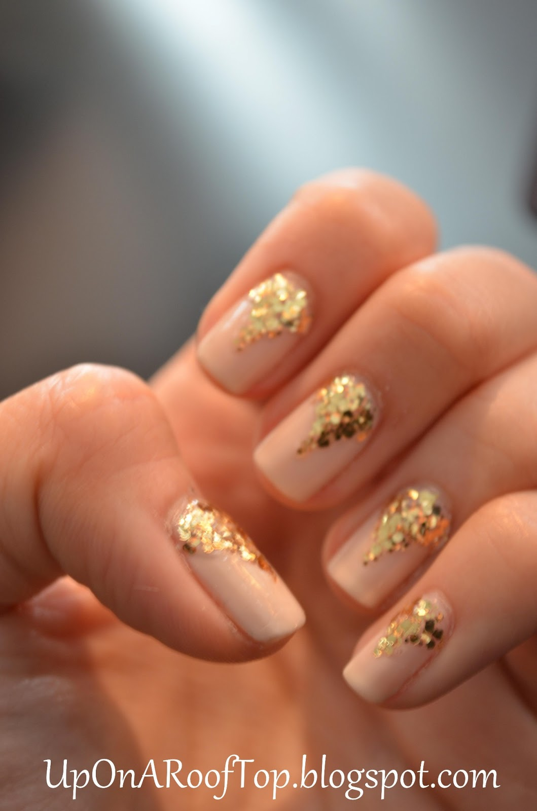 Jessica is thinking about....: Easy and Elegant Gold Accent Nails