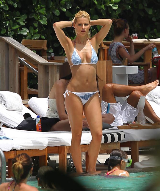 Michelle Hunziker shows off her great body in a Bikini at Miami Pool