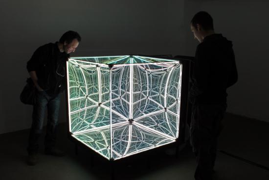 そこに広がるのは「無限回路」、マジックミラーを使った合わせ鏡のアイディアN-Light