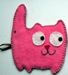 http://manualidadesreciclables.com/7821/gatos-de-fieltro-con-moldes-para-imprimir
