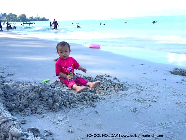 amina sofia seronok main pasir pantai telok kemang