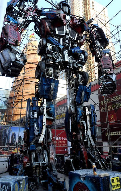 Gambar-Video] Robot Transformers Optimus Prime Terbesar Di Dunia