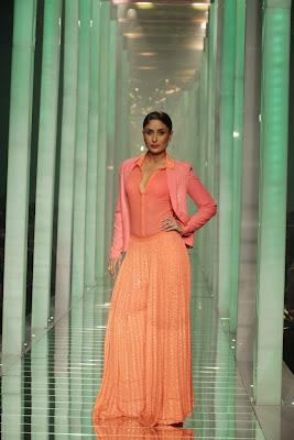 Kareena+Kapoor+Transparent+Dress+Show+Bra001