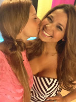 Melissa Martinez y Laura Acuña besandose