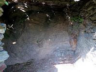 Interior de la barraca de Ca l'Onclet on s'aprecia la zona picada a la pedra