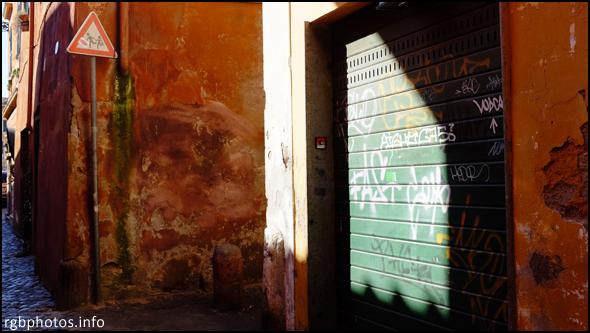 Fotografia con la Fuji x100s di una serranda con graffiti