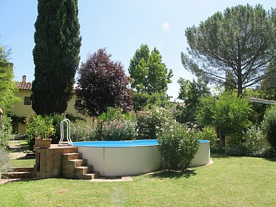 Jardn moderno con piscina