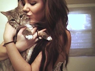 Foto cewek mencium kucing kesayangannya