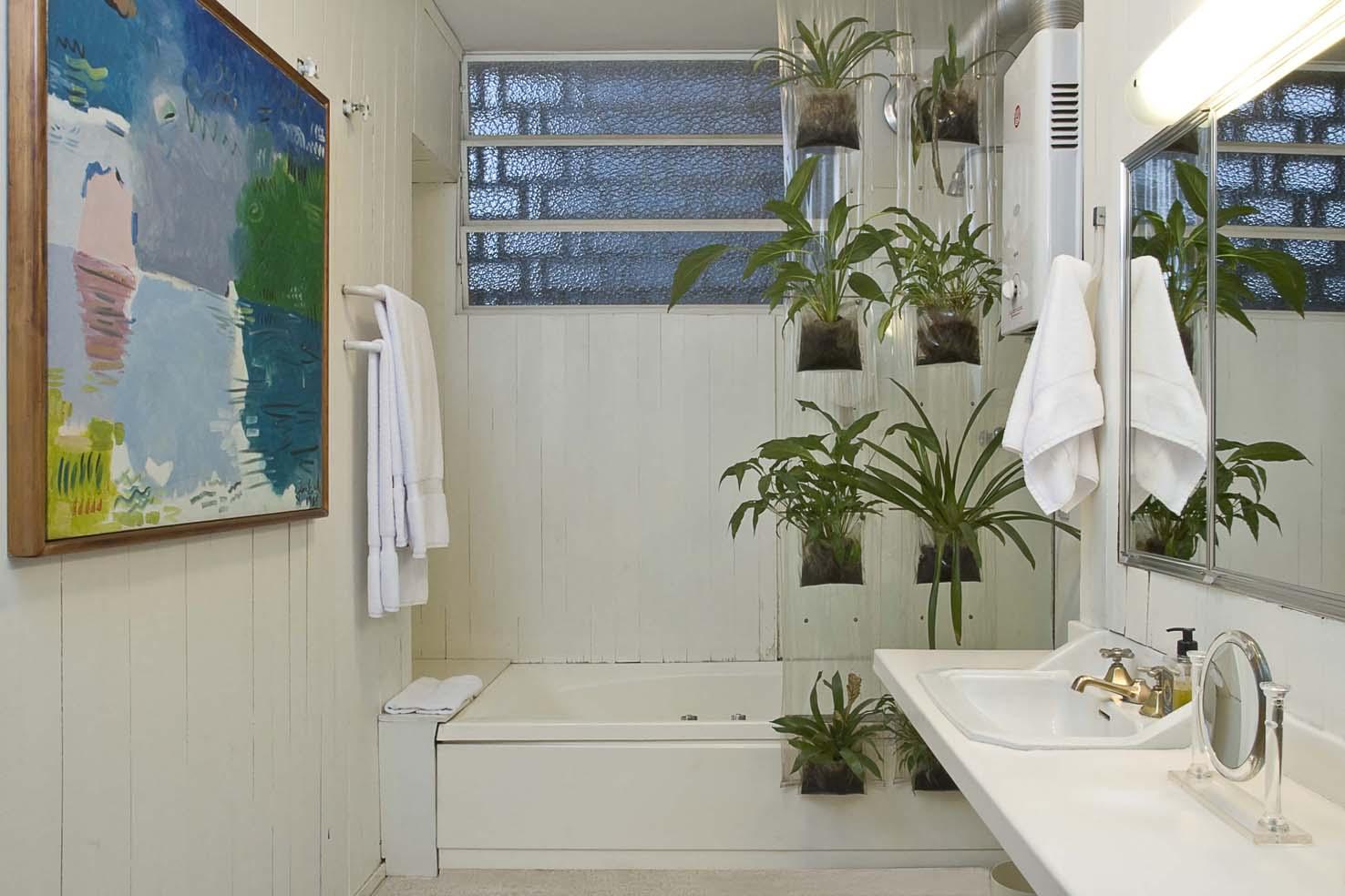 Na falta de espaço foi adaptado um jardim vertical no box adaptado  #664D2F 1476x984 Banheiro Com Vista Para Jardim