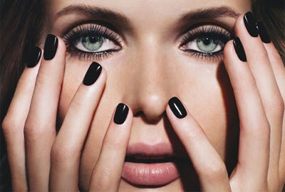 uñas pintadas en esmalte negro