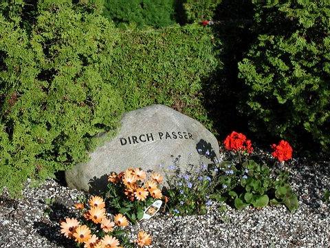 Dirch Passer, gravsten på Dragør Kirkegård