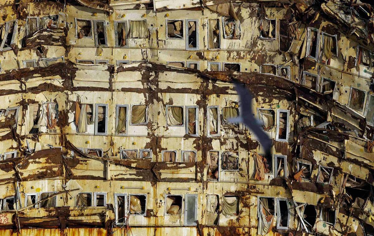 Visió de les terrasses dels comarots destrossades.