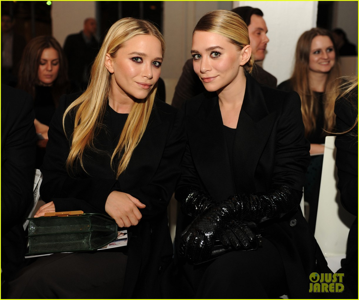 http://3.bp.blogspot.com/-vGKnAi4OEek/UPlIxYDXK2I/AAAAAAAAAbQ/WxsrLriFgkI/s1600/mary-kate-ashley-olsen-qvc-show-fashion-week-03.jpeg