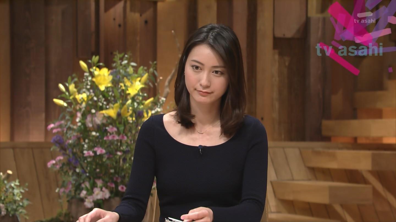 襟ぐりが大きく開いた黒い衣装を着ている小川彩佳のセクシーな画像