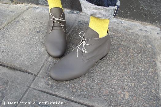 Desert boots Anniel en gris et chaussettes jaune de Di carlo