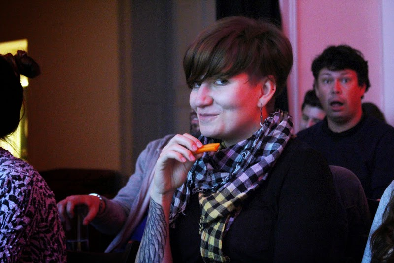 Geek Girls Carrots Łódź, kobieta je marchewkę, women, happy